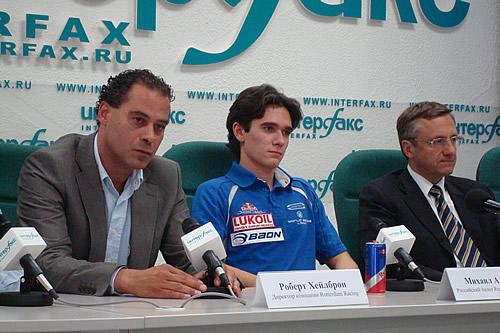 Persconferentie in Moskou met v.l.n.r. organisator Robert Heilbron, Red Bull-coureur Mikhail Aleshin en loco-burgemeester Vinogradov